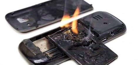 Điện thoại nổ nát tay thanh niên khi đang sạc pin