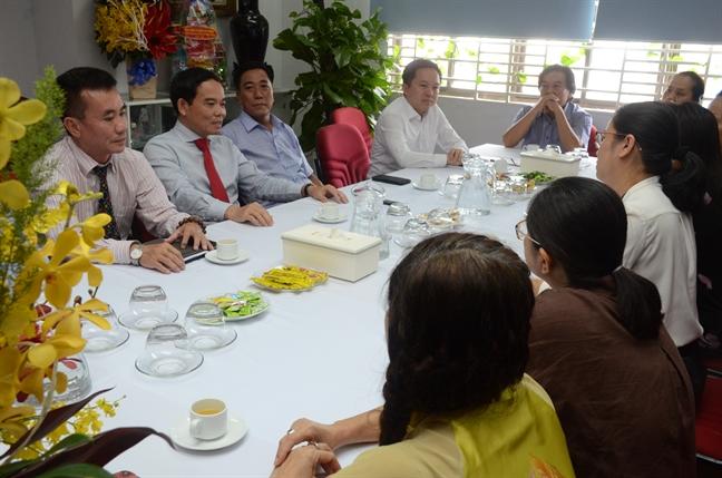Pho bi thu Thuong truc Thanh uy TP.HCM tham, chuc mung Bao Phu Nu TP.HCM