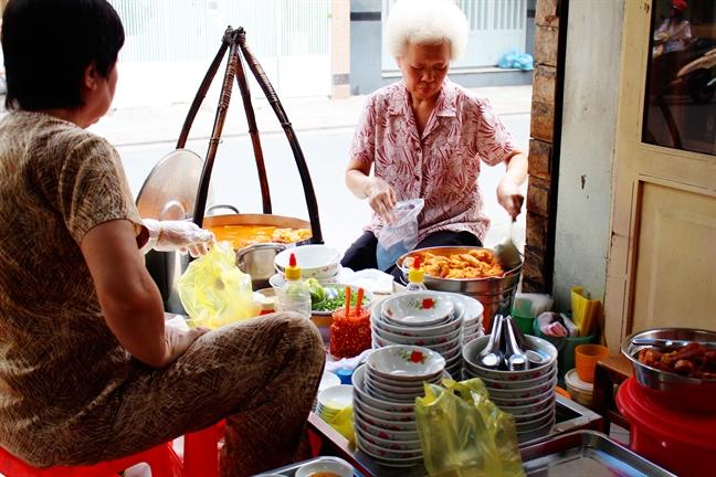 Quan banh canh chi ban 60 phut mot ngay thu tien trieu tren duong Nguyen Phi Khanh