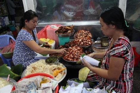 Bí mật của gánh xôi bán hàng trăm gói mỗi ngày ở chợ Bà Chiểu