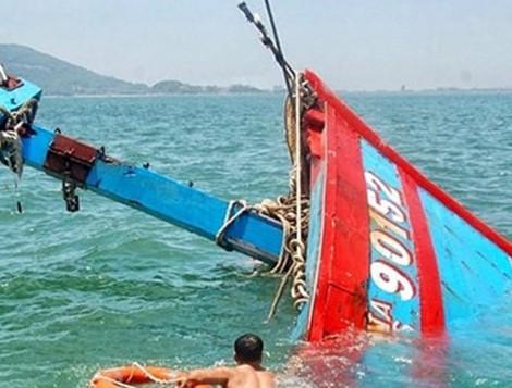 Tàu cá của ngư dân Cà Mau bị tàu hàng đâm chìm