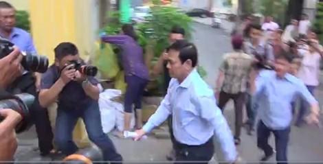 Nguyễn Hữu Linh đến tòa bằng ô tô 4 chỗ, chạy một mạch lên phòng xử kín