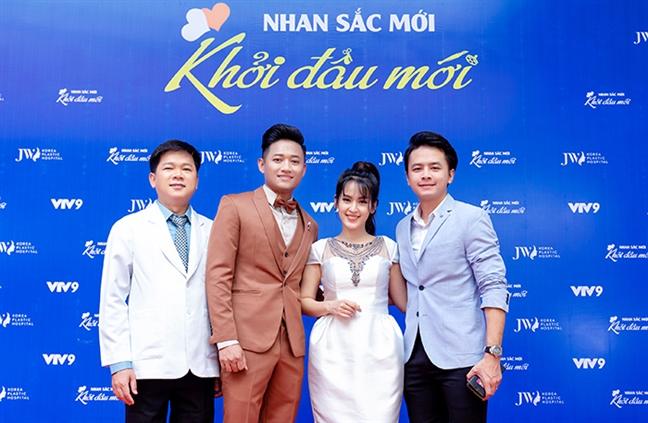 Vo chong Van Anh - Tu Vi cung Quy Binh trao tang 200 trieu dong trong chuong trinh thien nguyen