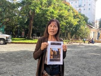 Trước giờ xử án, mẹ vợ bác sĩ Chiêm Quốc Thái trưng ảnh, kêu oan cho con