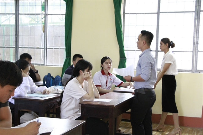 Dak Lak: Hai thi sinh bi dinh chi vi mang dien thoai vao phong thi