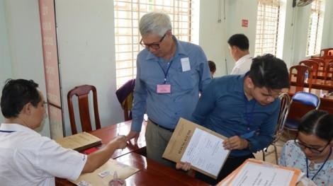 Giám thị 71 tuổi và thí sinh 57 tuổi giữ kỷ lục về số tuổi trong kỳ thi ở Bình Phước