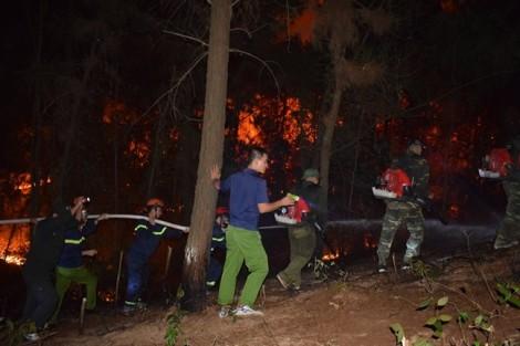 Sơ tán gần 100 hộ dân trong đêm vì rừng thông ngùn ngụt cháy