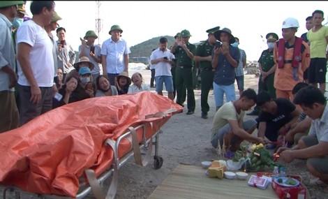 Người phụ nữ khóc ngất vì chồng tử nạn, con và 2 cháu mất tích