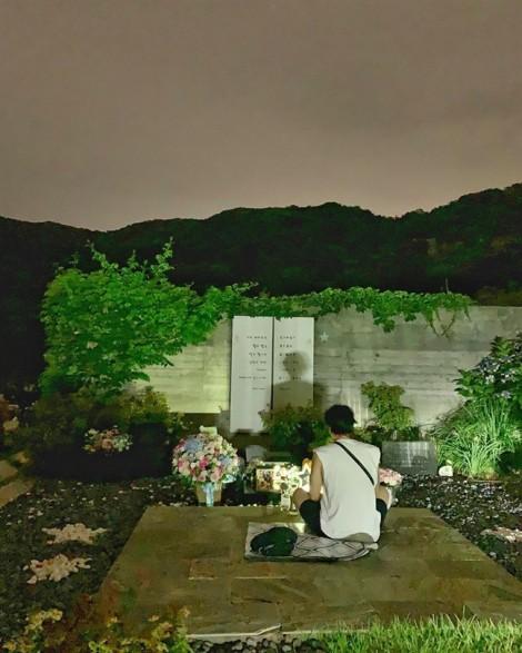 Xúc động với hình ảnh So Ji Sub ngồi lặng một mình trước mộ diễn viên Park Yong Ha