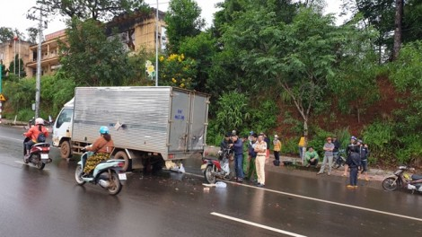 Chạy mô tô tông đuôi xe tải lúc rạng sáng, chiến sĩ công an tử vong tại chỗ