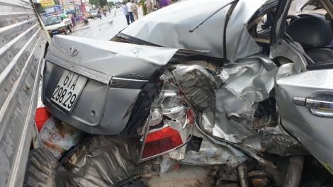 Ô tô 5 chỗ nát bươm sau cú tông xe tải, va xe bồn, tài xế mắc kẹt trong xe