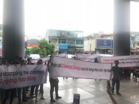 Bị ngưng nhận hàng đột ngột, nhà cung cấp giăng băng rôn vây kín trụ sở BigC phản đối