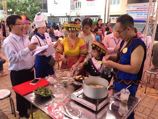 Trang phuc truyen thong cac dan toc Viet Nam len san catwalk