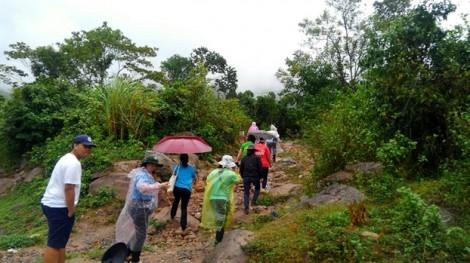 Đến từng nhà để trao quà và tìm cách giúp bà con hiệu quả giữa mưa phùn, giá rét