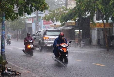 Bão số 2 đổ bộ: Người Sài Gòn cần đề phòng lốc, gió giật mạnh