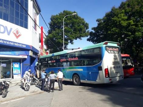 Xe khách lao thẳng vào trụ sở phòng giao dịch BIDV, may mắn không có thiệt hại về người