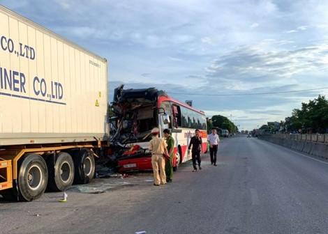 Xe khách chở đoàn du lịch tông đuôi xe container, 15 người thương vong