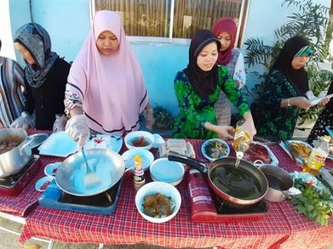 Phụ nữ Chăm trổ tài chế biến món ăn
