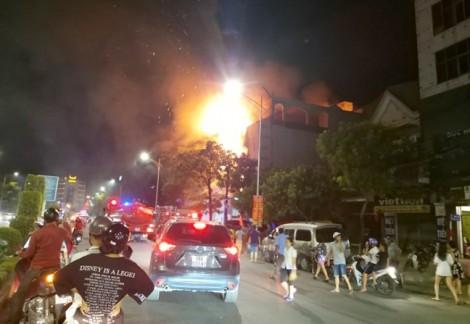 Nhà 4 tầng cháy ngùn ngụt, dân đứng xem kín đường, giao thông ách tắc
