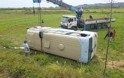 Xe khách lật nghiêng xuống ruộng, hơn 20 nữ công nhân gặp nạn khi đang trên đường đến chỗ làm