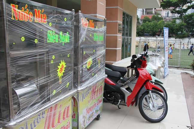 Trao tang xe may, may may, may ep nuoc mia...  cho cac ho ngheo