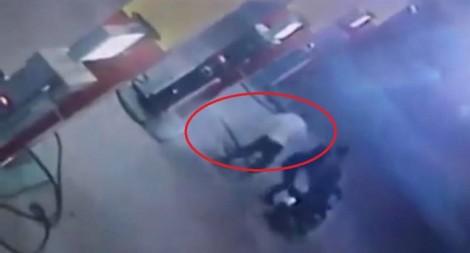 Nữ nhân viên xăng dầu ngủ ở cây xăng, bị kẻ bịt mặt đâm chết lúc rạng sáng