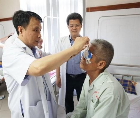 Bệnh nhân vỡ òa vui sướng sau ca ghép giác mạc từ người hiến tặng
