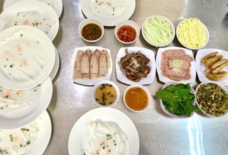 Độc đáo món bánh ướt Ban Mê tự cuốn giữa Sài Gòn