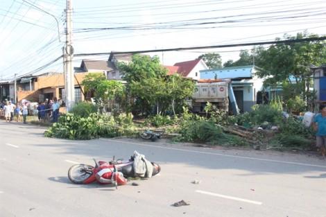 Xe ben lùa 2 xe máy rồi tông sập nhà dân, 1 người chết