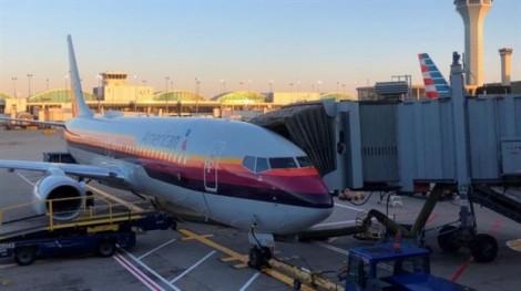 American Airlines xin lỗi vì đã yêu cầu nữ hành khách 'che thân lại'