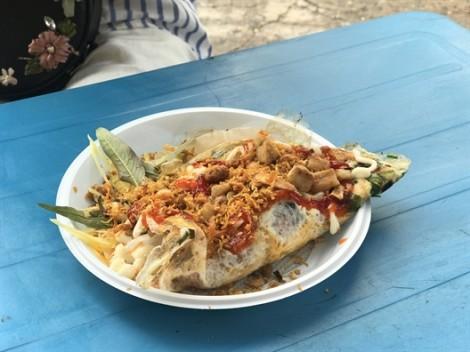 Bánh tráng chiên ốp trứng, món ăn vặt hấp dẫn đang được săn đón tại Sài Gòn