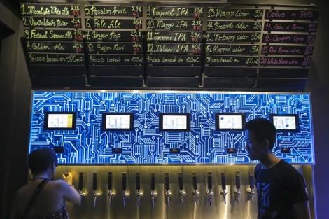 Cuối tuần rủ nhau đi uống bia 'ATM' lần đầu tiên có mặt ở Sài Gòn