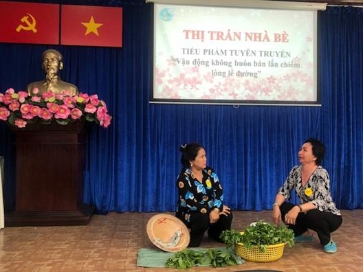 'Dan van' ngoai doi va 'dan van' tren san khau