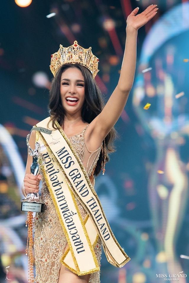 Hoa hau Thai Lan vua dang quang da dinh 'phot' miet thi phu nu