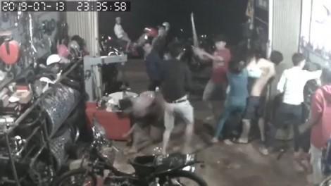 Nhóm côn đồ nửa đêm xông vào nhà, đánh 2 anh em thợ sửa xe trọng thương