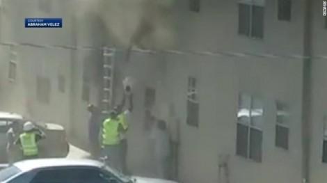 'Người hùng' công nhân cứu hai đứa trẻ từ tòa nhà cháy