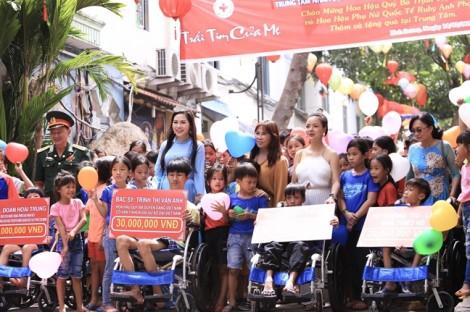 Hoa hậu Quý bà cùng Hoa hậu Phụ nữ Thế giới tặng quà cho hàng trăm trẻ em khuyết tật