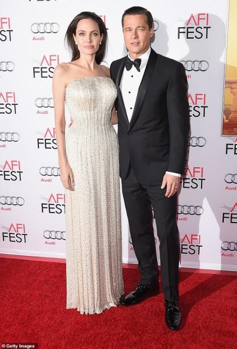 Angelina Jolie cho con đến chơi với Brad Pitt trong mùa hè