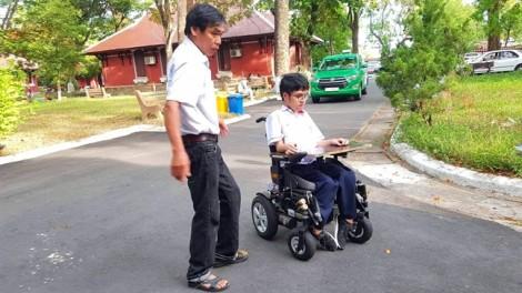 Thí sinh làm bài thi trên xe lăn đạt điểm 10 môn tiếng Anh