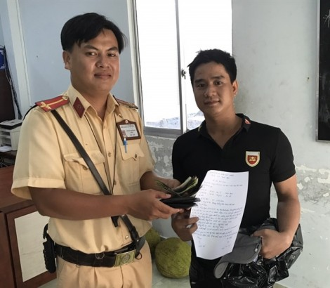 Người đàn ông nhận lại ví tiền ở trụ sở CSGT sau 4 ngày đánh rơi