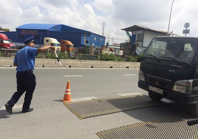 Thanh tra Giao thong TP.HCM xu ly xe qua tai o khu vuc cang Cat Lai