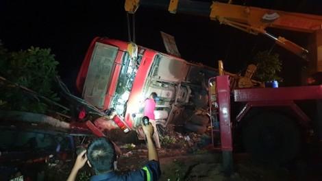 Xe khách chao đảo rồi lật nghiêng bên đường khiến hơn 10 người thương vong