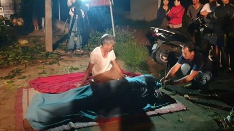 Người đàn ông bật khóc bên thi thể vợ sau vụ tai nạn lật xe khách
