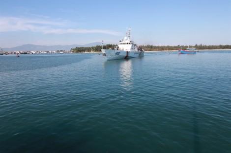 Cảnh sát biển cứu tàu cá chết máy gần 20 ngày cùng 6 ngư dân