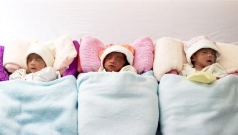 Bác sĩ chạy đua cứu sản phụ mang tam thai, đón 3 bé chào đời ngoạn mục