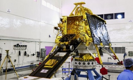 Ấn Độ hoãn phóng tàu vũ trụ lên Mặt Trăng vì trục trặc kỹ thuật 'giờ chót'