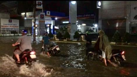 Chùm ảnh: Ô tô, xe máy bò giữa biển nước trên Quốc lộ 13 sau trận mưa to
