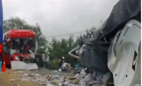 2 người chết, hơn 10 người bị thương khi xe khách Cúc Tư húc đầu xe tải