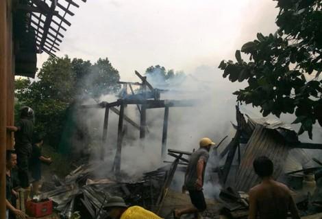 Cha mẹ vào Nam chữa bệnh, 3 đứa trẻ ở quê ngơ ngác tìm lại sách vở sau hỏa hoạn