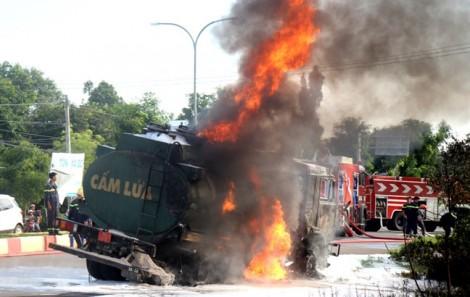 Sau 2 tiếng nổ long trời, người dân bất lực nhìn tài xế xe ben chết cháy trong cabin